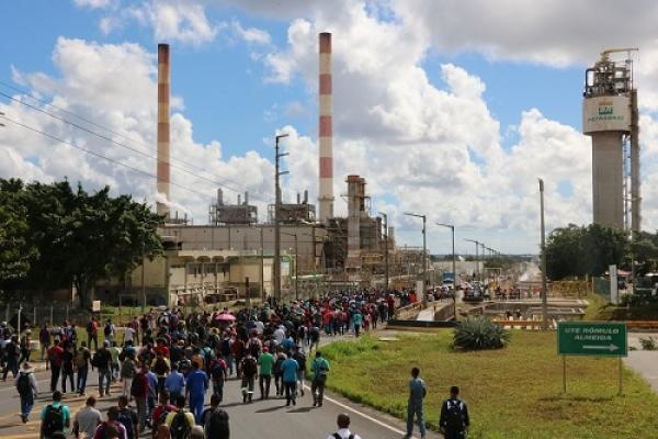 Ato contra fechamento da FAFEN Bahia reúne cerca de 2 mil trabalhadores no Polo de Camaçari
