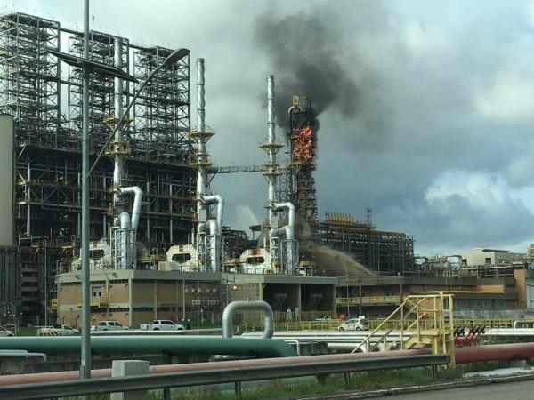 Fogo: desmonte deixa refinaria em chamas